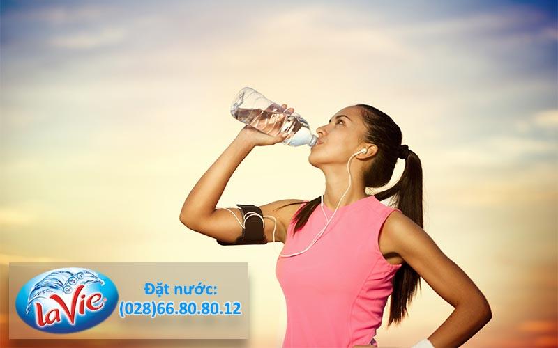 Uống nước khoáng thiên nhiên