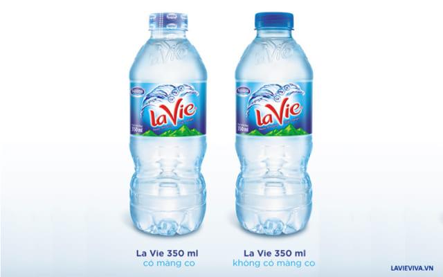Bỏ màng co nắp chai LaVie 350ml