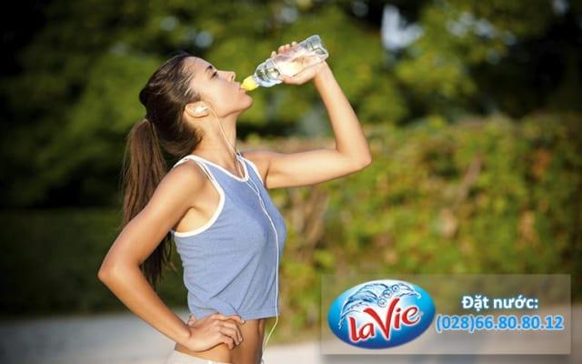 Uống đủ nước hằng ngày để cơ thể luôn khỏe mạnh